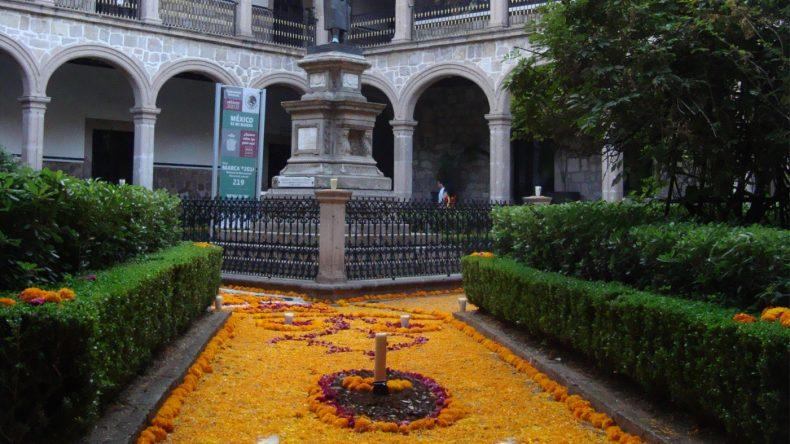 Auch Denkmäler und öffentliche Plätze werden, wie hier in Morelia, reichlich geschmückt.