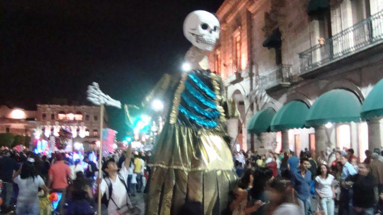Auch meterhohe Skelettfiguren schieben sich durch die vollen STraßen Morelias.