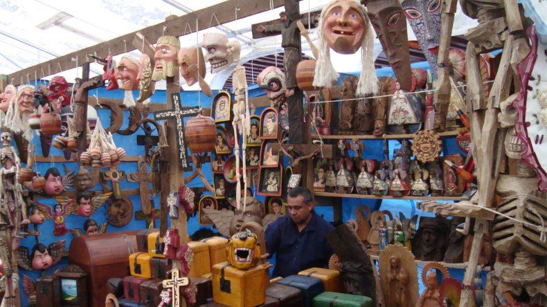 Auch Masken, Instrumente und Holzschnitzereien sind beliebte Souvenirs auf den Märkten Pátzcuaros.