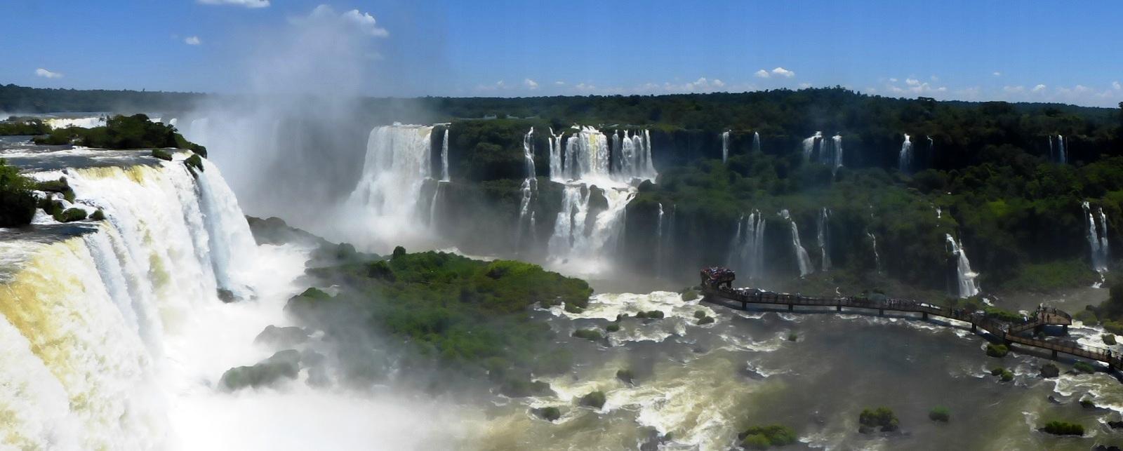 Die Iguazú Falls liegen zwischen Brasilien und Argentinien und sind gigantische Wasserfälle