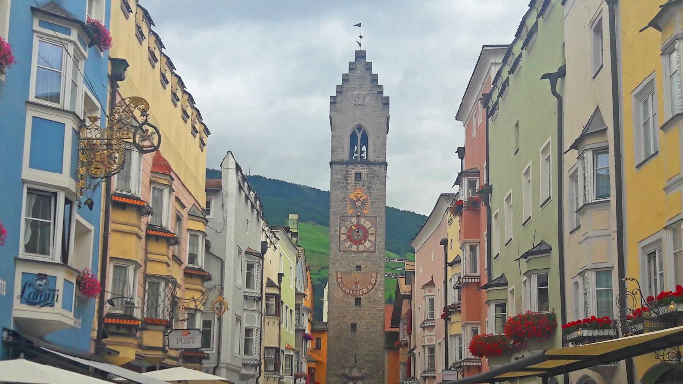 In der italienischen Gemeinde Sterzing, im Hintergrund der Zwölferturm