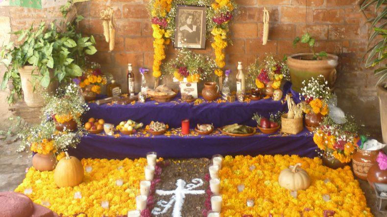 Auf den Altaren stehen neben dem Foto auch jede Menge leckere Ofrendas für die Toten bereit.