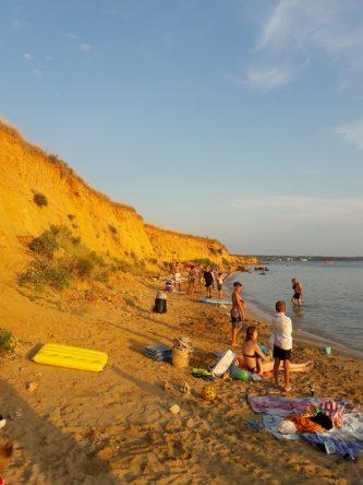 Der Strand Bilotinjak beeindruckt mit seinen Felswänden aus Sand