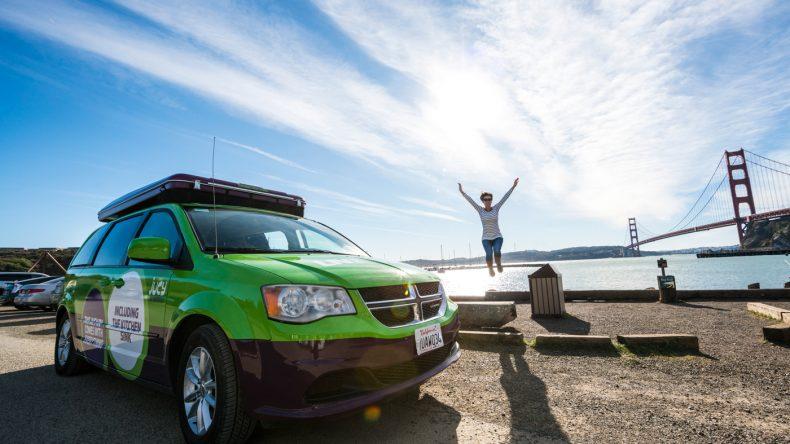 Der Camper Van Subcompact schlängelt sich durch die Straßen der Großstädte.