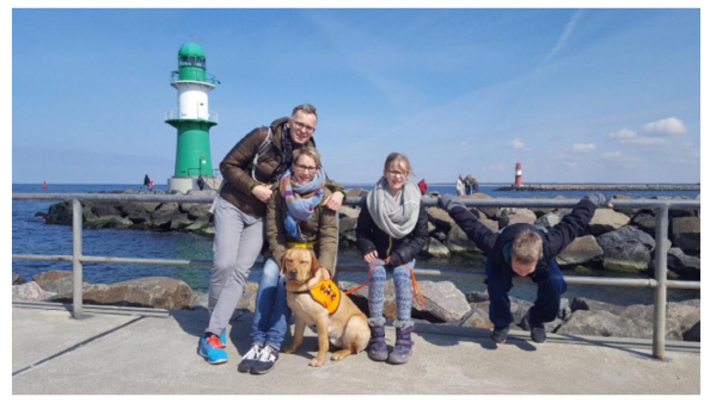 Die ganze Familie in Warnemünde vor dem Leuchtturm