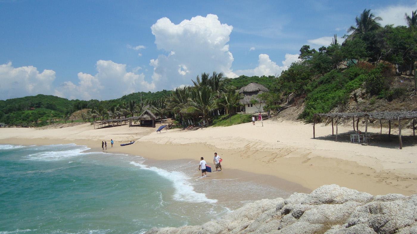 Am Strand Manzanillera findet man schöne Bungalows und ein leckeres Restaurant mit atemberaubenden Meerblick.
