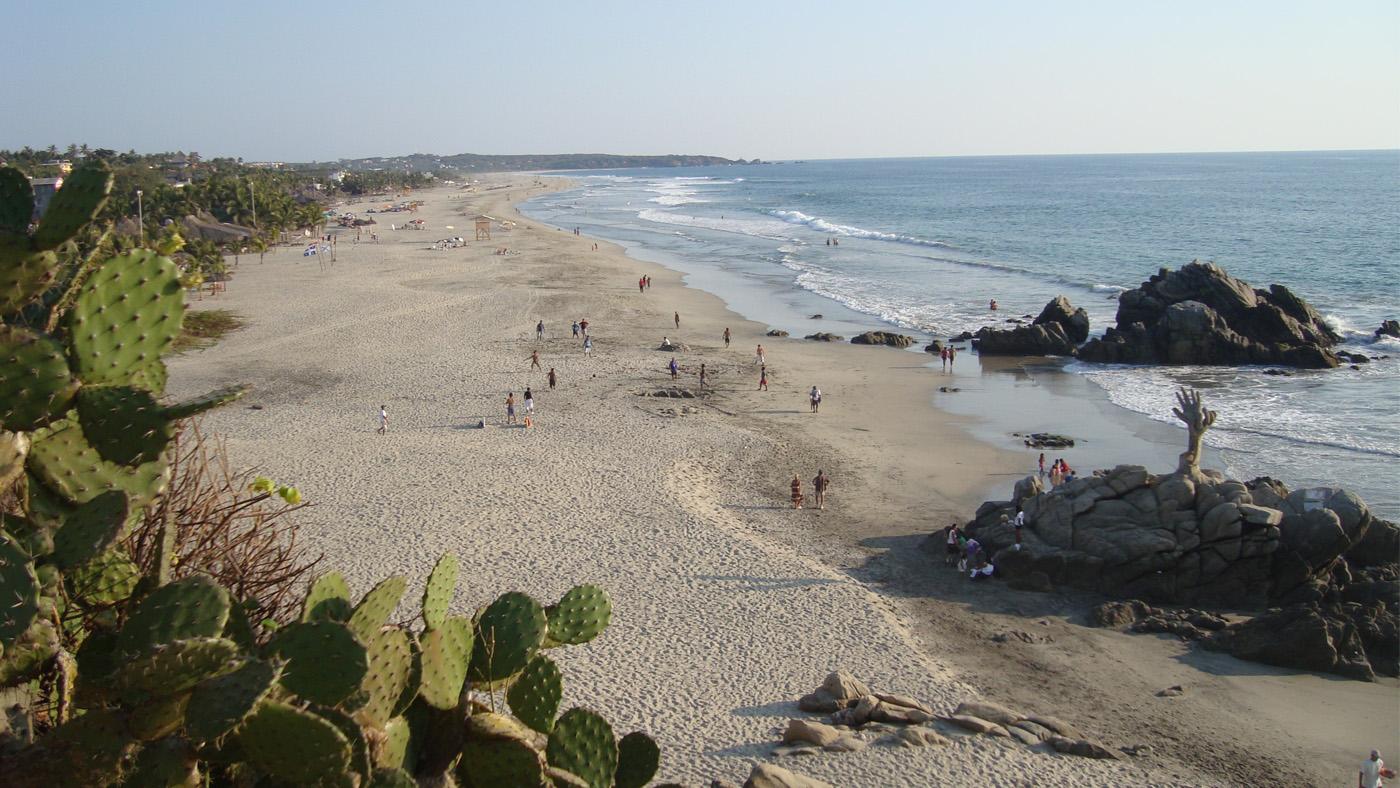 Der Strand in Puerto Escondido ist etwas fürs Auge und für Surfer.