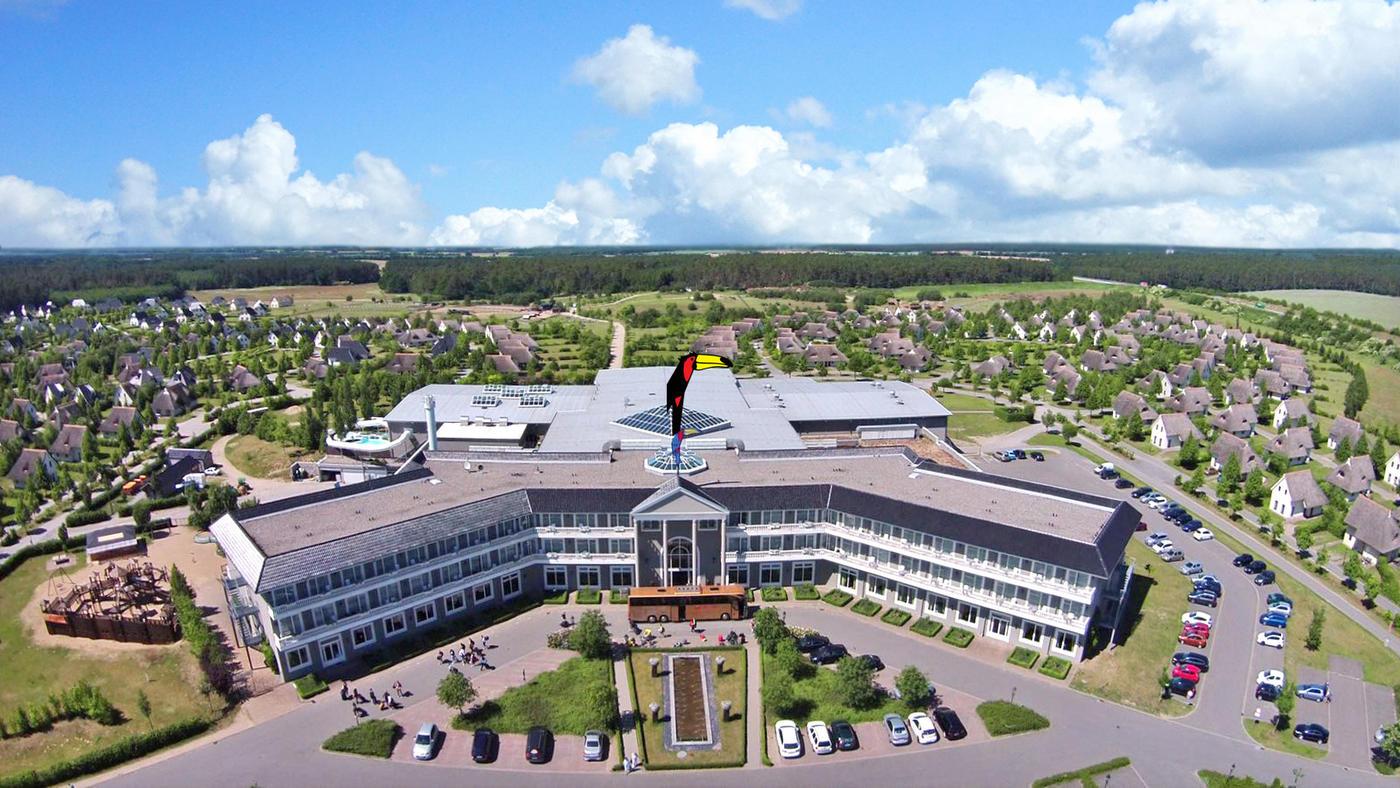Der große Tukan auf dem Dach des Haupthauses des Van der Valk Resort Linstow
