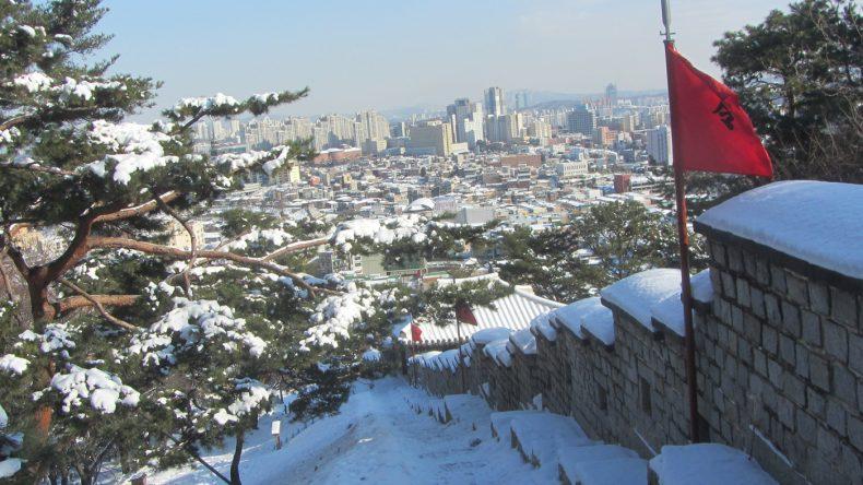 Auch die Stadtmauer von Suwon ist fast komplett erhalten, sodass sich das Zentrum fast umrunden lässt.