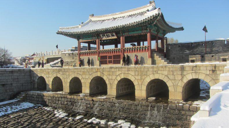 Das Wassertor der Hwaseong Festung ist noch gut erhalten.
