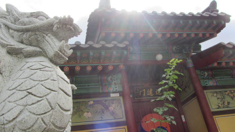 Der Jeungsim Tempel ist wie fast alle anderen Paläste des Landes bunt und reich verziert.
