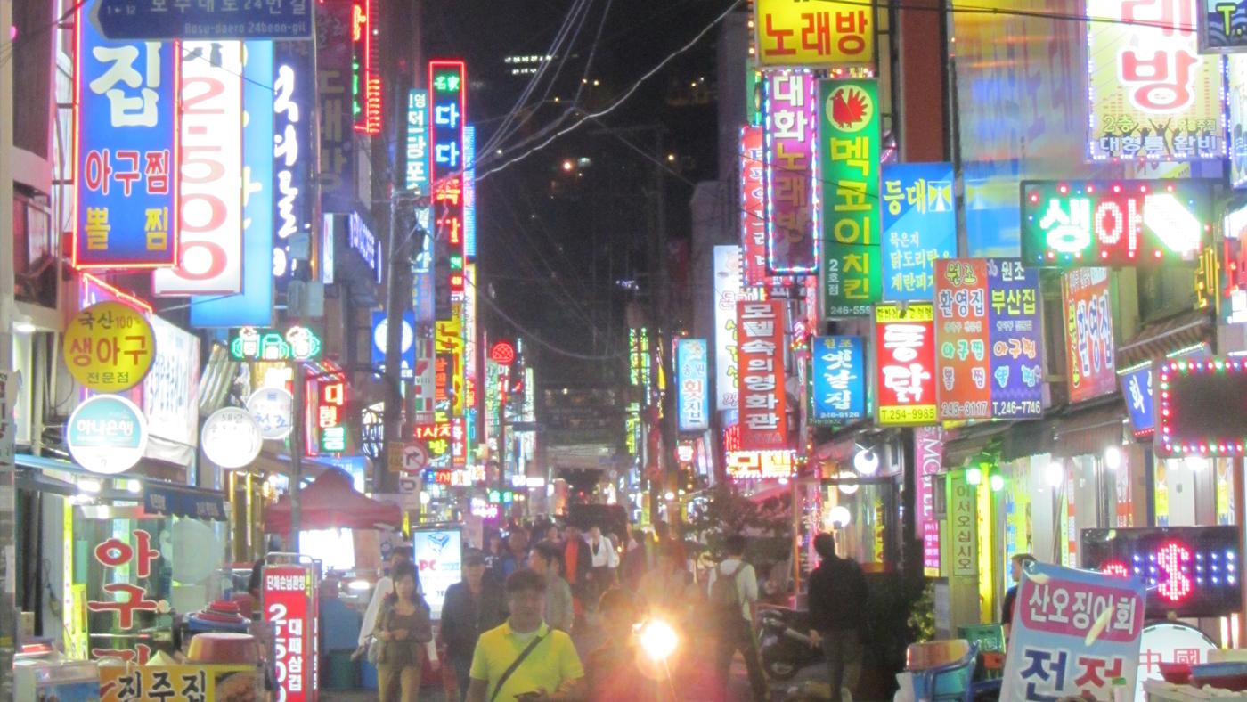 Auch nachts ist auf den Straßen der Hafenstadt Busan viel los.
