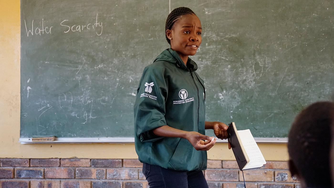 Nokubonga Thulare erklärt den Kids, dass Wasser eine kostbare Ressource ist