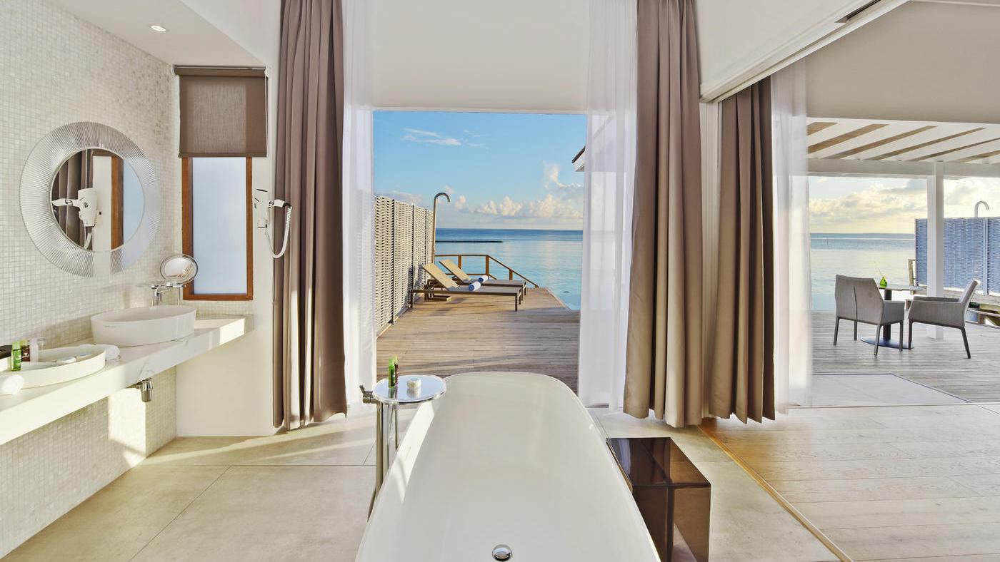 Wunderschöne Einrichtung, eine freistehende Wanne mit Blick auf das Meer - Das ist schon wahrer Luxus