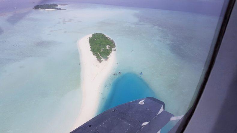 Der weiße Sand im tiefblauen Meer ist eine wahre Augenweide