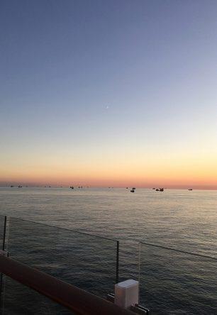 Viele Schiffe liegen vor Anker