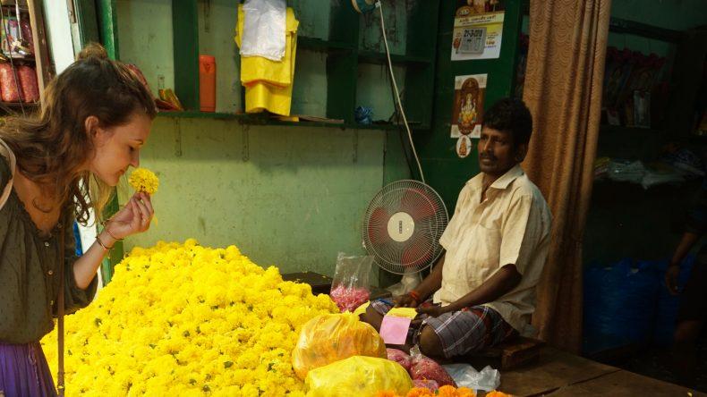 Einer der vielen Blumenhändler auf dem Markt von Pondicherry.