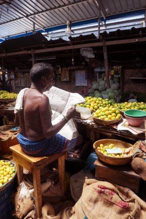 Limetten verkaufen & Zeitung lesen - dieser Händler nimmt es ganz entspannt.