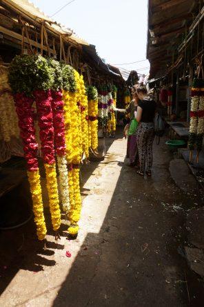 Diese Blumenketten werden oft von Elefanten bei religiösen Paraden getragen.