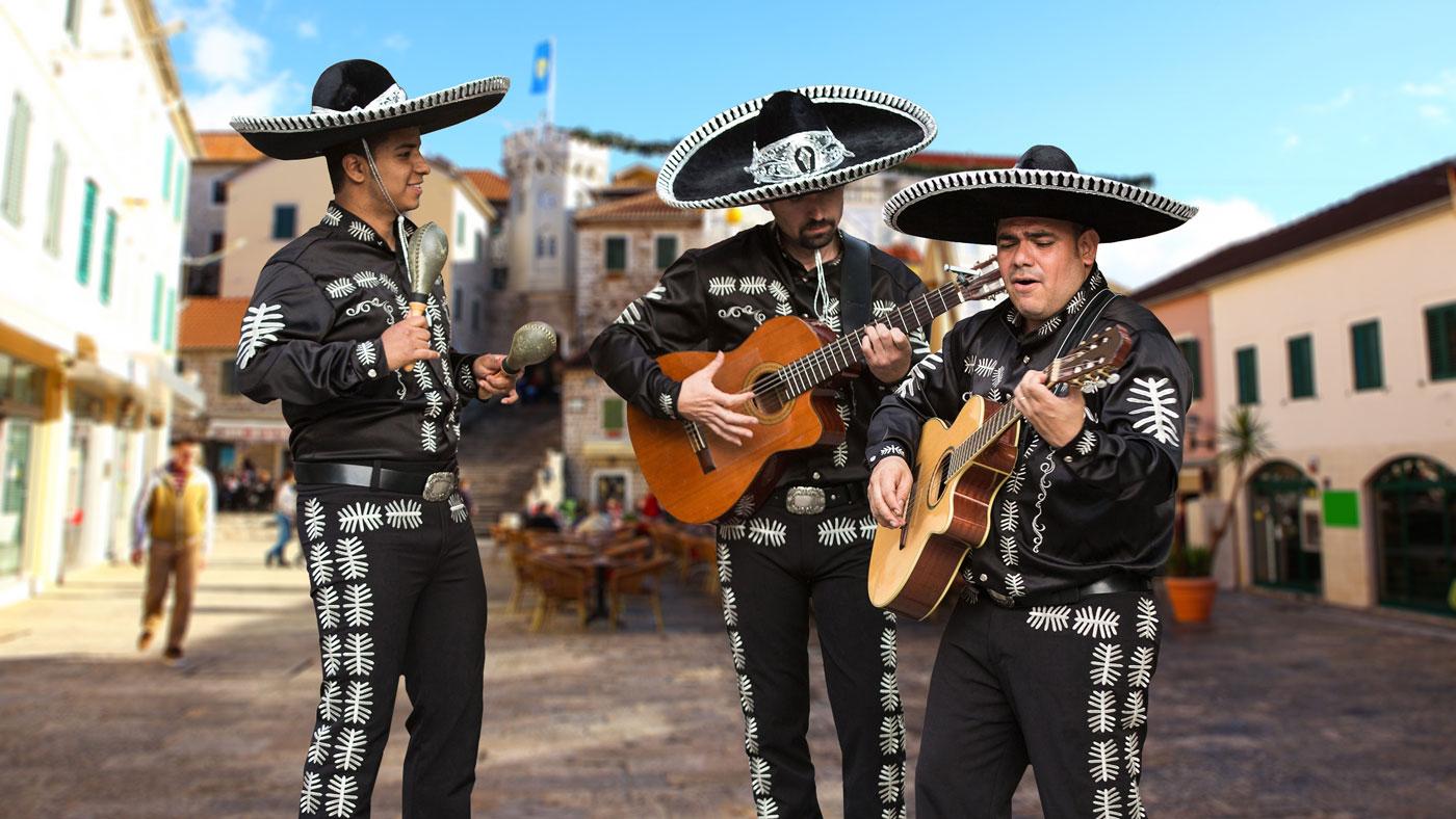 Die typisch mexikanische Musikformation Mariachis findet ihr ihr überall