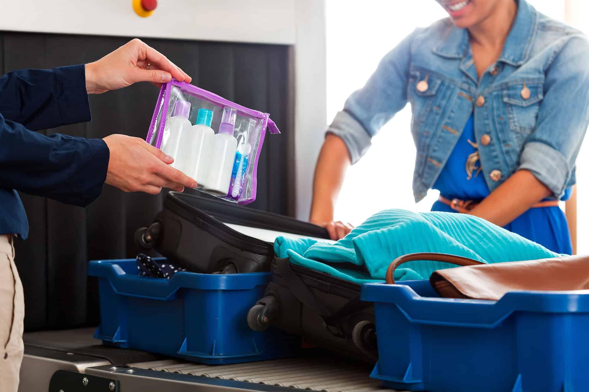 Bis zu 100 ml Flüssigkeit pro Behälter dürfen auch im Handgepäck befördert werden, wenn sie in einem transparenten, wiederverschließbaren 1 Liter Plastikbeutel verpackt sind.