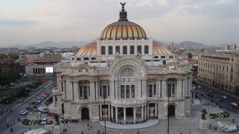Mexiko-Stadt beeindruckt mit einer Vielzahl von Sehenswürdigkeiten, wie hier der Palacio Bellas Artes.
