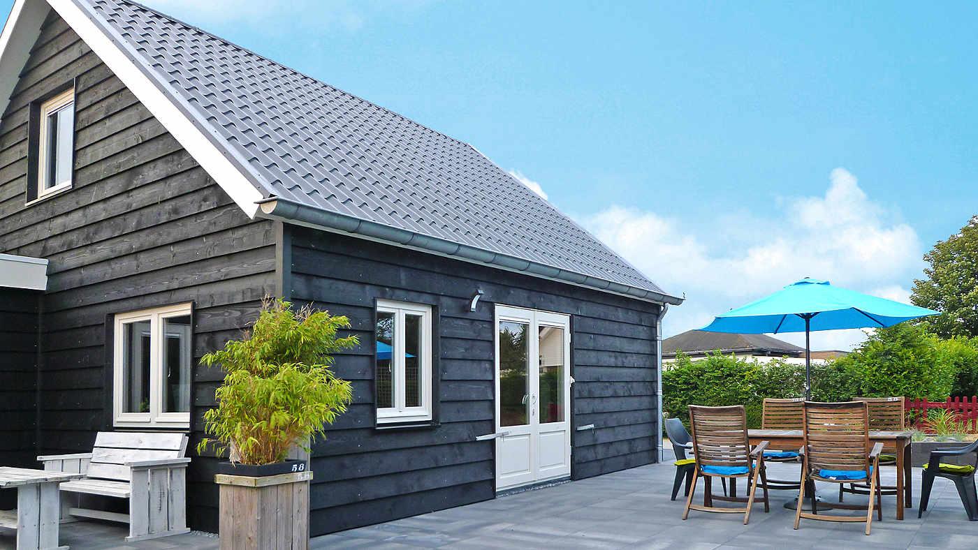 Dieses moderne Ferienhaus überzeugt mit bester Lage, nur wenige Meter vom Strand entfernt