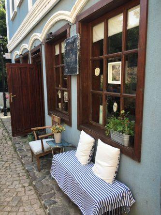 Kleiner Laden nach bulgarischer Art voller Schnick Schnack