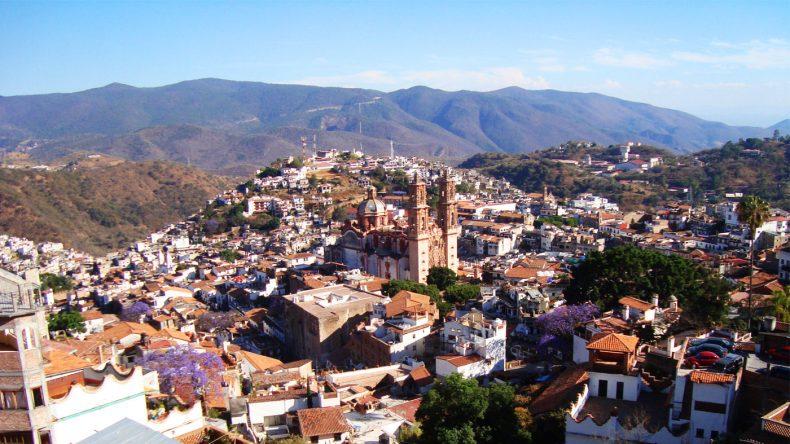 Mit der Seilbahn den Hang hinauf und die Aussicht auf die Silberminenstadt Taxco genießen.