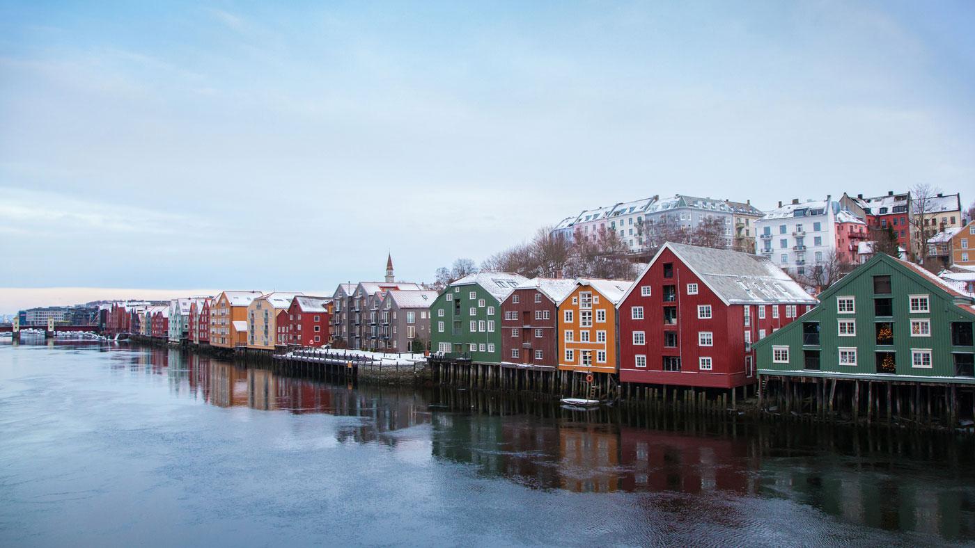 Das pulsierende Trondheim in Mittelnorwegen lädt nicht nur zum Weihnachtsmarktbesuch ein (istockphoto/OlgaMiltsova)