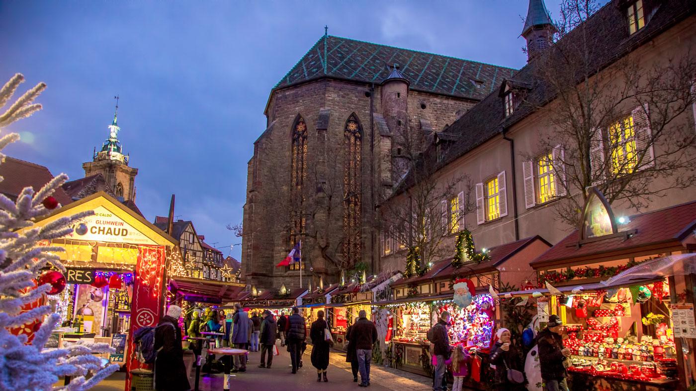 Der Weihnachtsmarkt vor der Dominikanerkirche (Quelle: Colmar Tourisme)