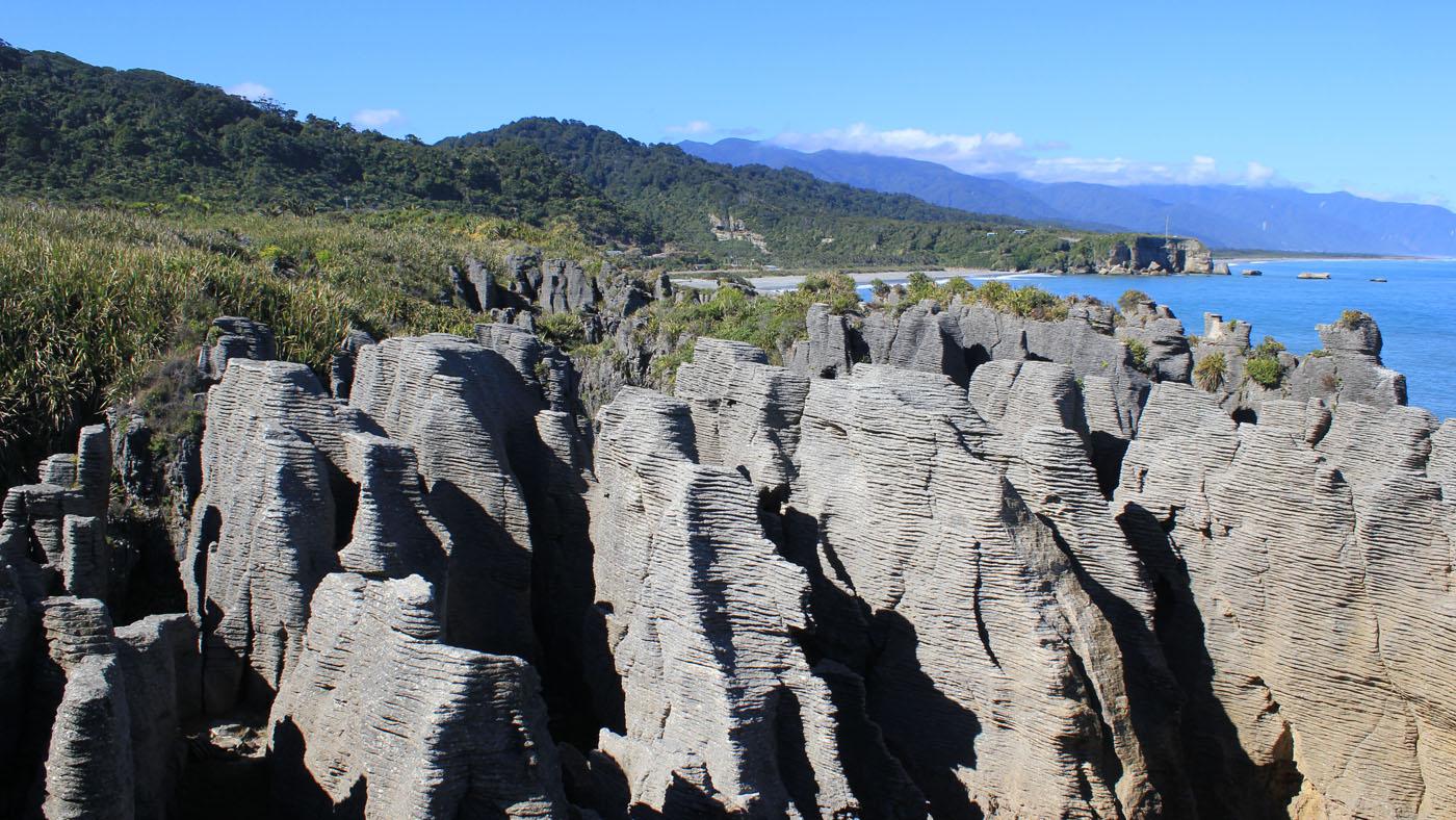 Die ansonsten häufig raue Westküste zeigt sich an den sogenannten Pancake Rocks von seiner besten Seite.