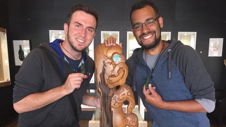 Wer ein paar Stunden investiert, kann in den vielen Schmuckgeschäften seine eigene Maori-Kette schnitzen.