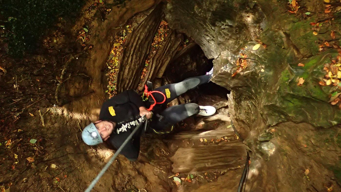 Durch ein schmales Loch muss man sich 40 Meter in die Waitomo Cave abseilen.