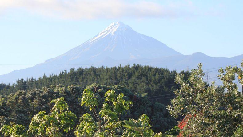 Der nahezu symmetrische Mount Taranaki ist bei guter Sicht gut aus New Plymouth zu sehen.