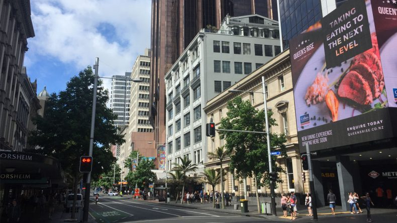 Aucklands Innenstadt ist geprägt von schicken Hochhäusern, Shoppingcentern und hippen Restaurants & Cafés.