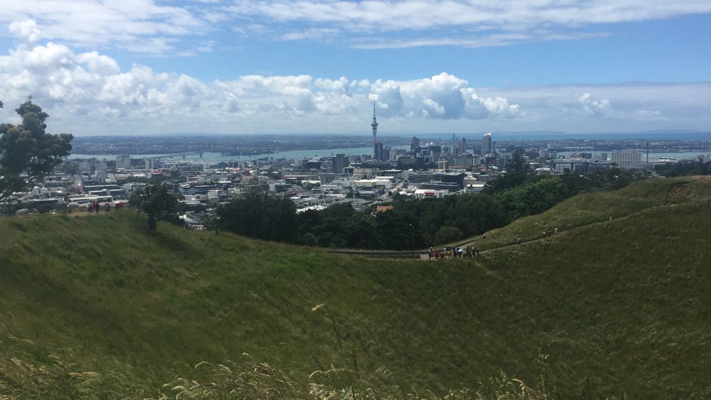 Überall ragen kleine, grüne Krater, wie hier der Mount Eden, aus der Stadt.