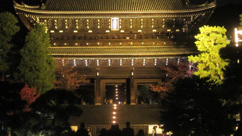 Auch am späten Abend ziehen die hell erleuchteten Tempel und Schreine noch die begeisterten Touristen an.