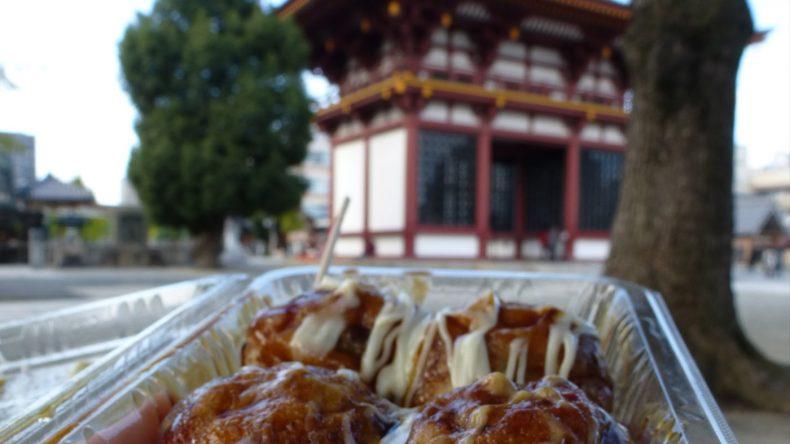 Tako-yaki ist einer der beliebtesten Snacks in Japan. In die pflaumengroßen Teigkugeln wird ein Stück Oktopus eingebacken und mit ordentlich Soße übergossen. Guten Appetit!