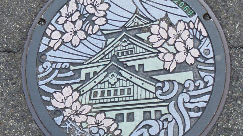 Selbst die Gullideckel werden in Osaka bunt und aufwändig verziert.