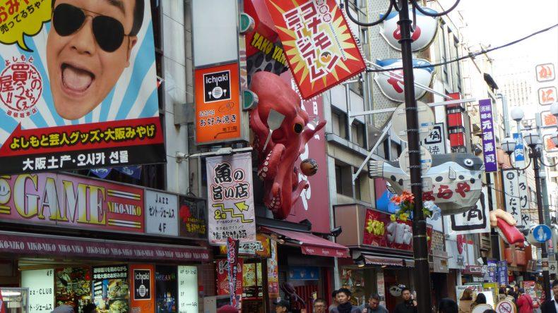 In der EInkaufsstraße Dotombori kann man allerhand Souvenirs abseits des Touristen-Nepps erstehen. Alleine die bunten Geschäfte sind echte Hingucker!