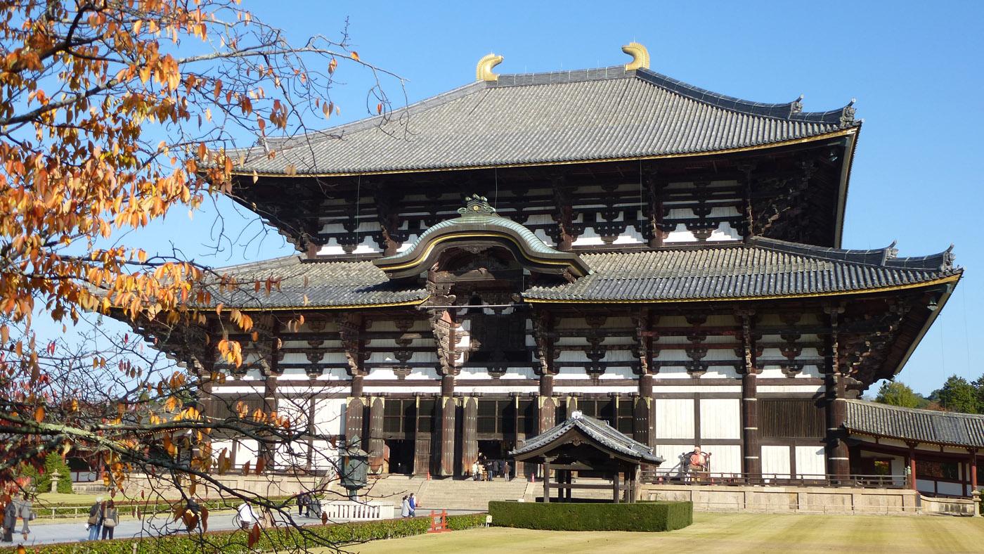 Der Todai-ji Tempel in Nara besteht ausschließlich aus Holz und beherbergt die größte buddhistische Bronzestatue der Welt.