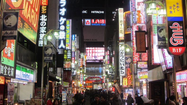 Im Rotlichtviertel Shinjuku Kabukicho blinken einem von überall leuchtende Reklametafeln entgegen.