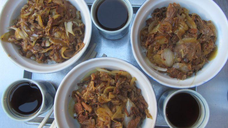 Zum Frühstück gibt es erstmal etwas Deftiges mit Tee - danach erkunden wir den Tsukiji Fischmarkt.