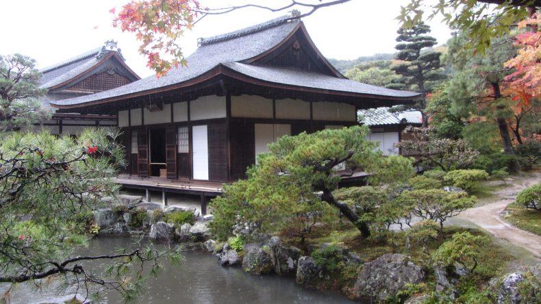 Der Ginkaku-Ji Tempel oder auch Silberpagode liegt am westlichen Rand von Kyoto und besticht vor allem durch seinen akkurat gepflegten Garten.