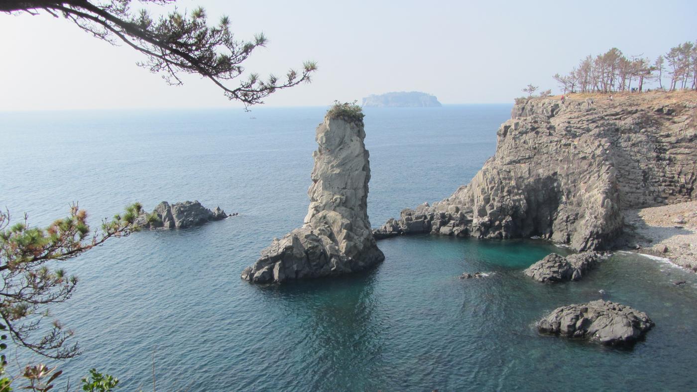 Der Oedolgae Felsen vor der südlichen Küste ist ein beliebtes Fotomotiv.