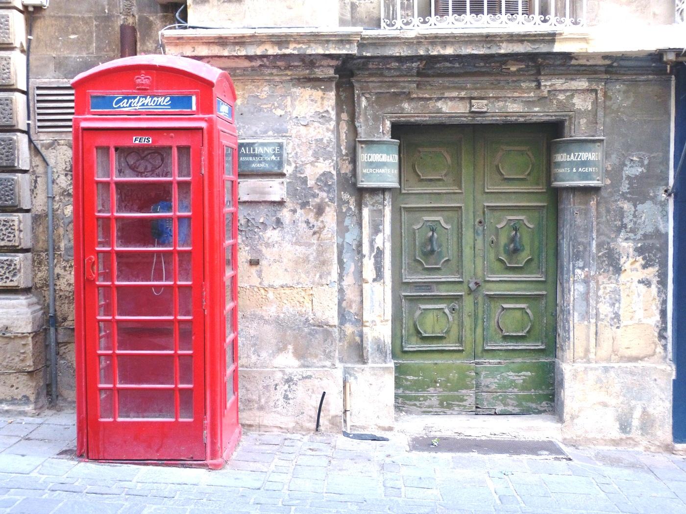 """Malta wirkt """"very british"""" - hier findet ihr noch immer die typischen roten Telefonzellen"""