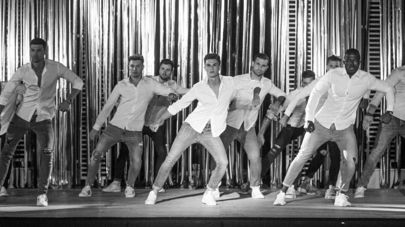 Die Mister Germany Finalisten präsentieren die mit Kenny Dressler und Patrick Engel einstudierte Final-Choreographie