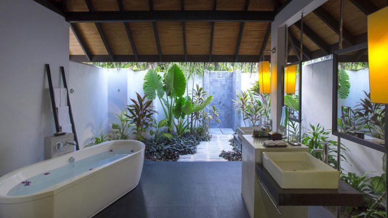 Das offene Bad in der Beach Villa vermittelt ein bisschen Dschungelfeeling im Romantikurlaub