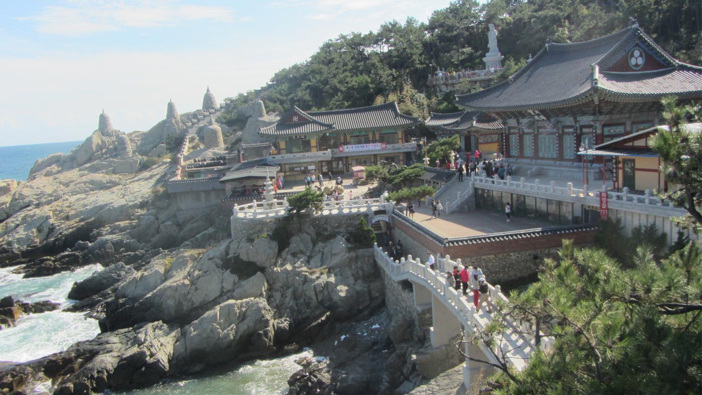 Der Haedong Yonggungsa Tempel liegt malerisch direkt am Meer.